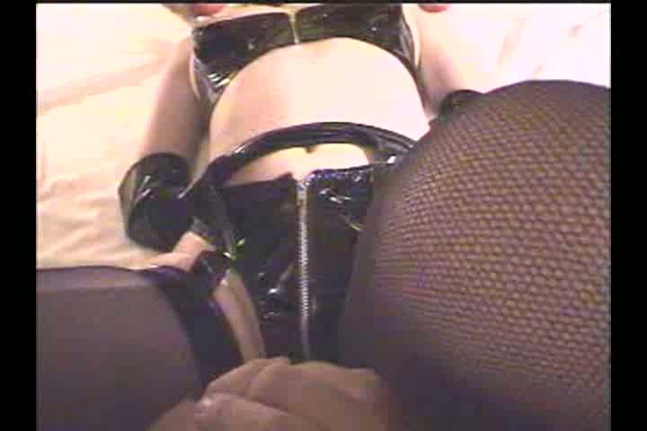 顔面にハーネスマスク、身体に拘束具を付けた奴隷女を床に転がし電マ調教...